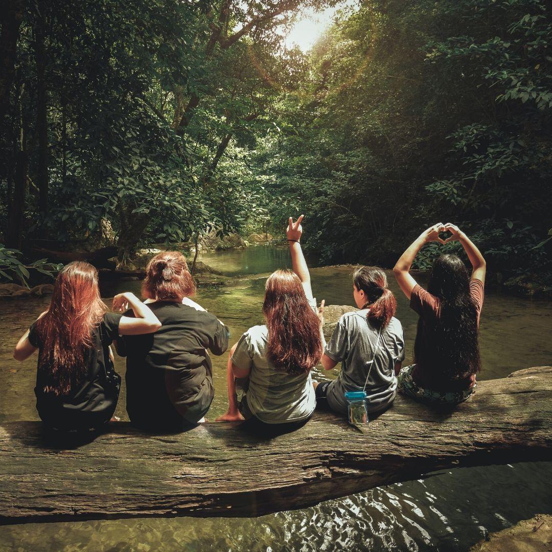 Kvinnor i skogen.