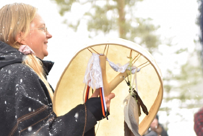 Anna Larsson trummar.