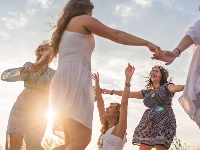 Ledarskapsutbildning. Kvinnor dansar soldans.
