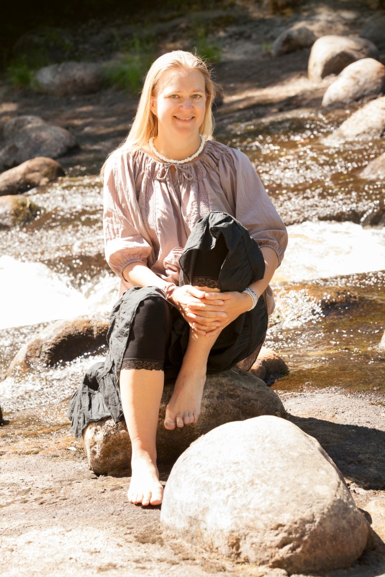 Anna  Larsson, Skönhetens väg,  vid vattnet